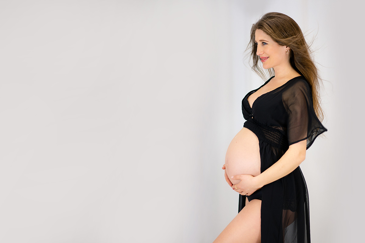 Babybauch Shooting mit Morgenmantel in Donna Bellini Fotostudio