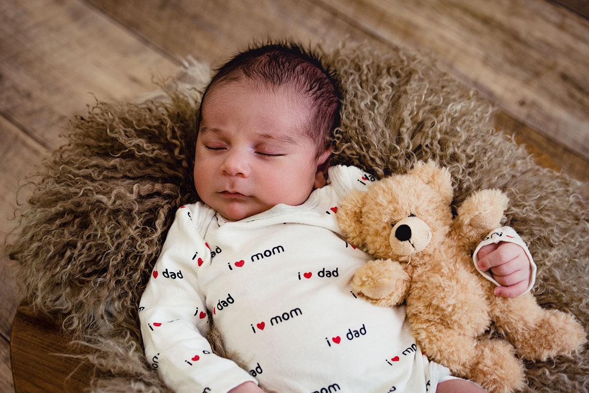 Neugeborenes-Baby-waehrend-des-Neugeborenen-Fotoshooting-Donna-Bellini-Studio