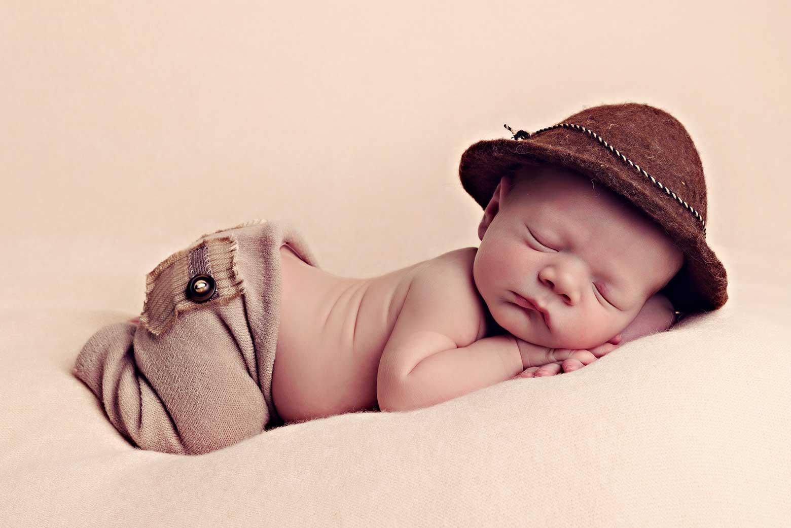 Baby Fotoshooting Neugeborenes mit Hut Fotoshooting