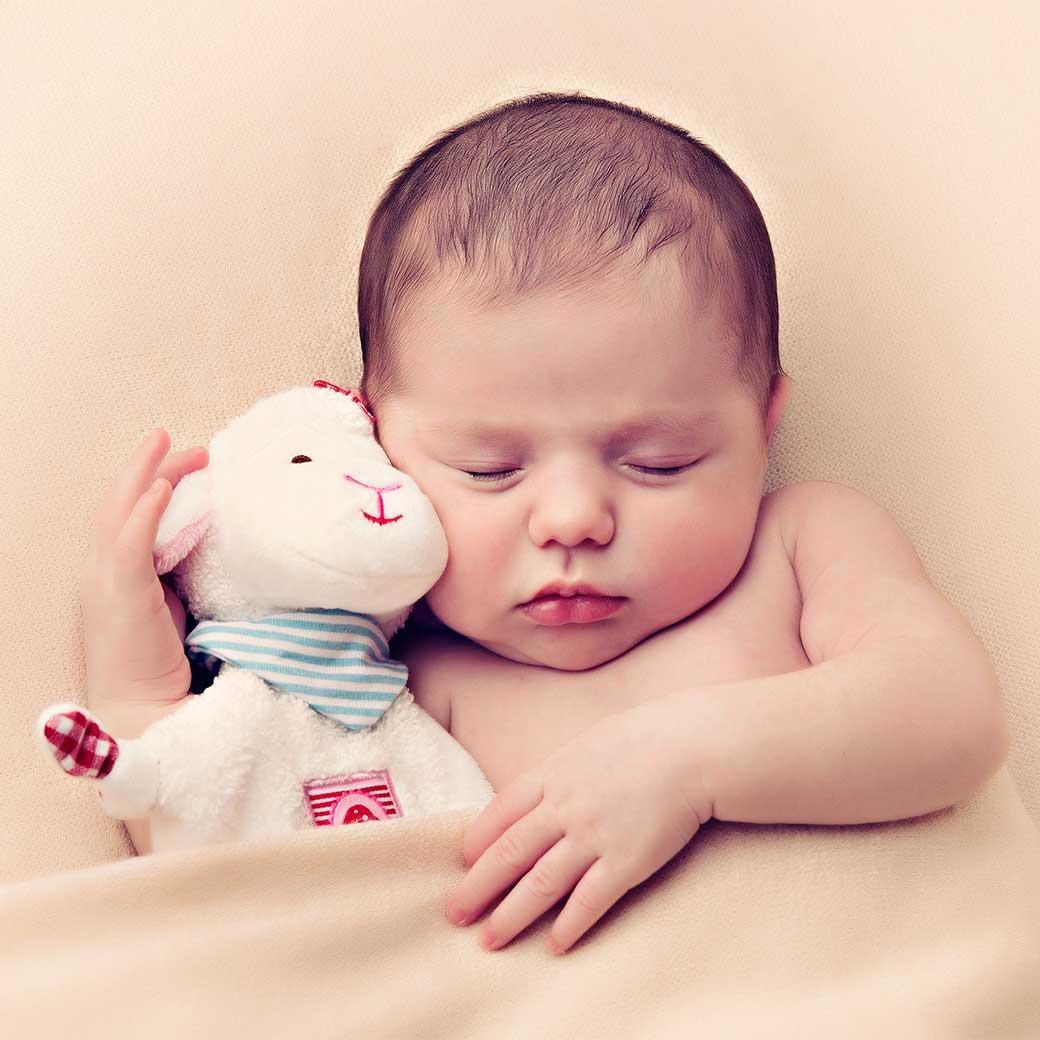 Baby Fotoshooting Neugeborenes mit Spielzeug Baby Fotografin