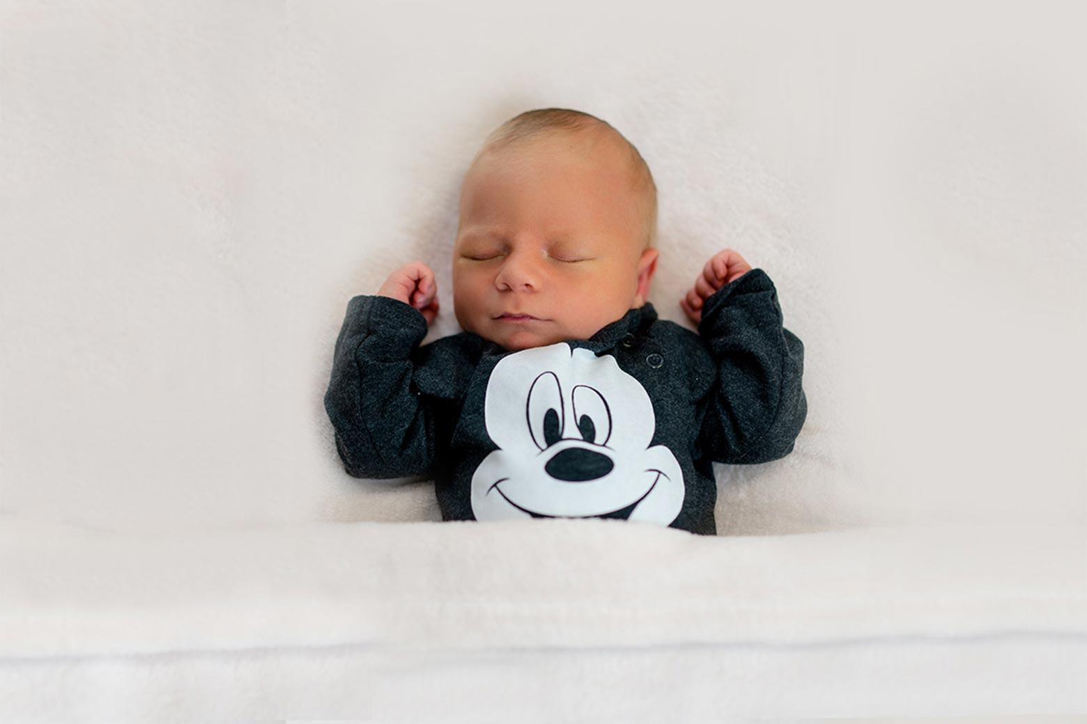 Baby-Fotoshooting-in-Muenchen-mit-Baby-im-blauen-Outfits-fuer-Babyfotografie